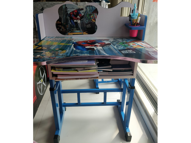 Study table and chair aa good as new - 1/2