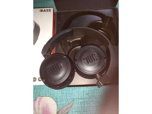 Headphone and Fitbit charger - 4/6