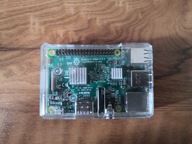 Raspberry Pi 3 Model B, with clear case, heatsink and 2.5 A adapter - 3/5